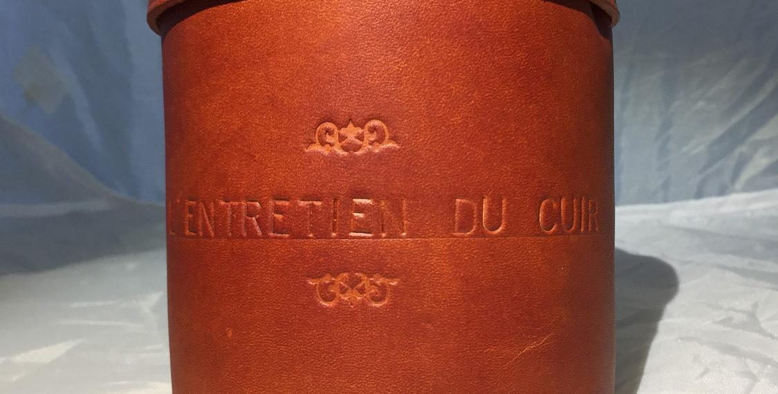 Boite en cuir pour des produits d'entretien du cuir